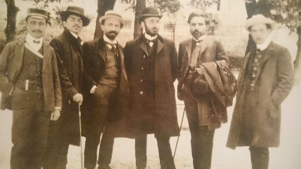 Ձախից աջ՝ Դանիել Վարուժան, Ռուբեն Սևակ, Արշակ Չոպանյան, Կոմիտաս Սողոմոնյան, Գասպար Իփեկյան, Վահրամ Փափազյան   Լոզան (Շվեյցարիա), 1907 թ.