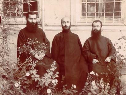 Կոմիտաս վարդապետը Բուրսայի (Պրուսա) հոգևոր հայրերի հետ Բուրսա (Թուրքիա), 1910 թ. Ե. Չարենցի անվան Գրականության և արվեստի թանգարան, Կոմիտասի ֆոնդ № 1439
